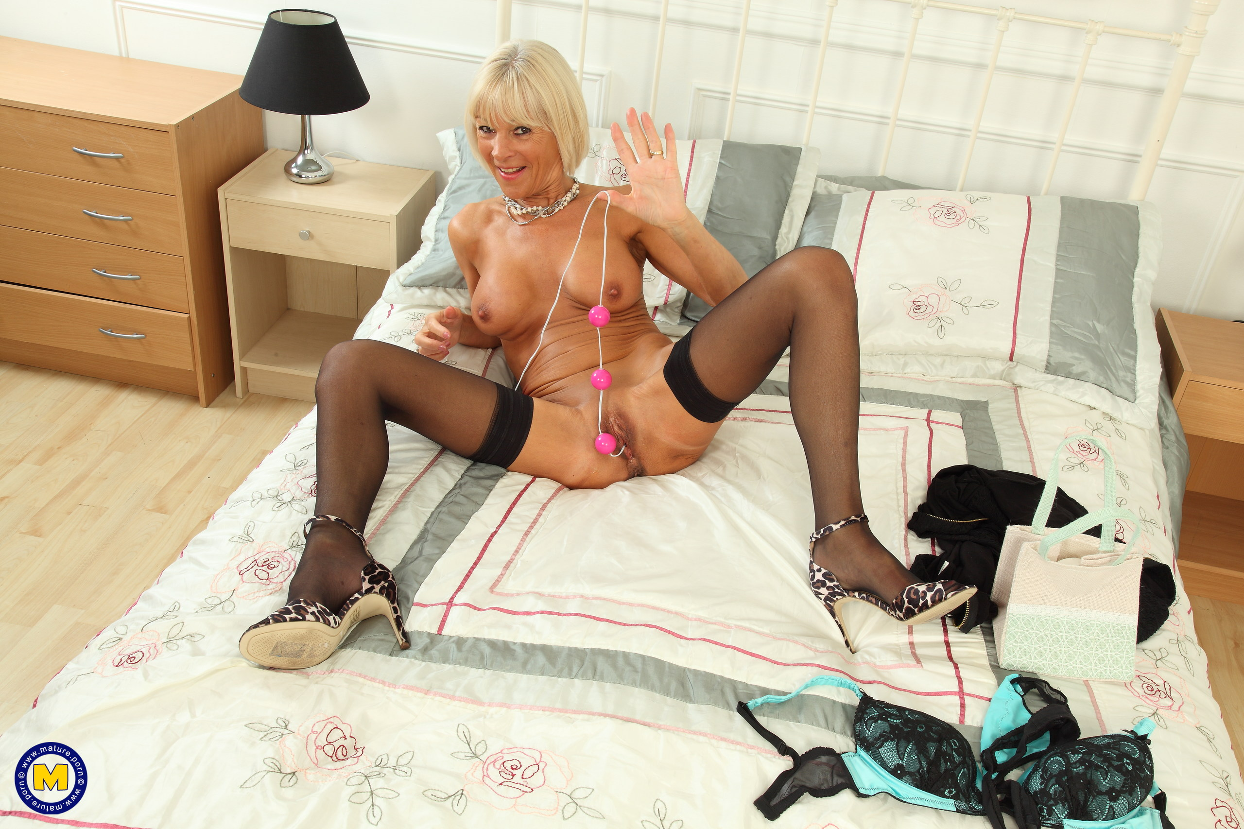 Nasty Brit housewife toying with her culo boinking beads