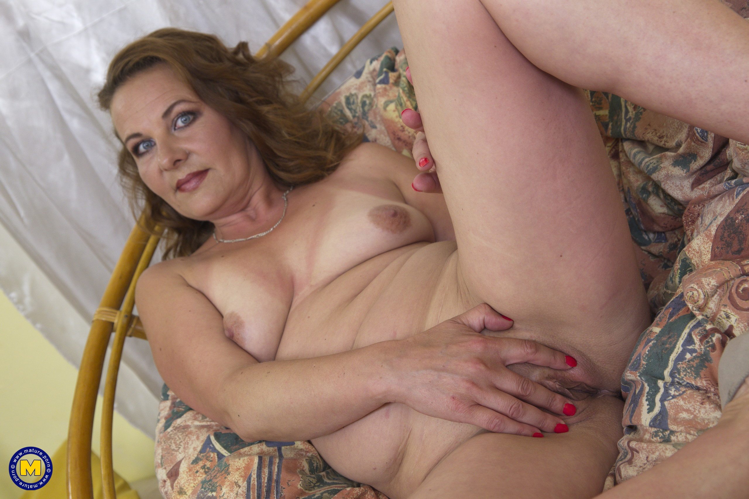 Crazy housewife toying with her humid pussy